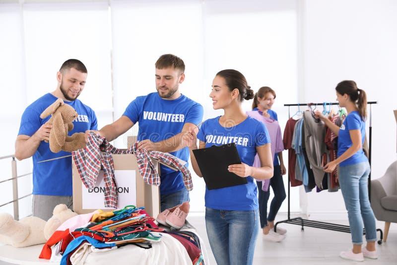 Equipo de voluntarios de los jóvenes que recogen donaciones imagen de archivo