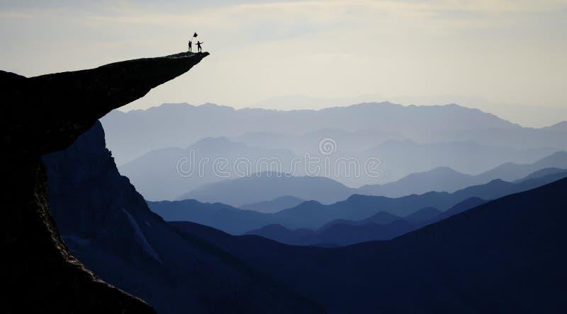 Equipo del alpinismo en el acantilado rocoso foto de archivo