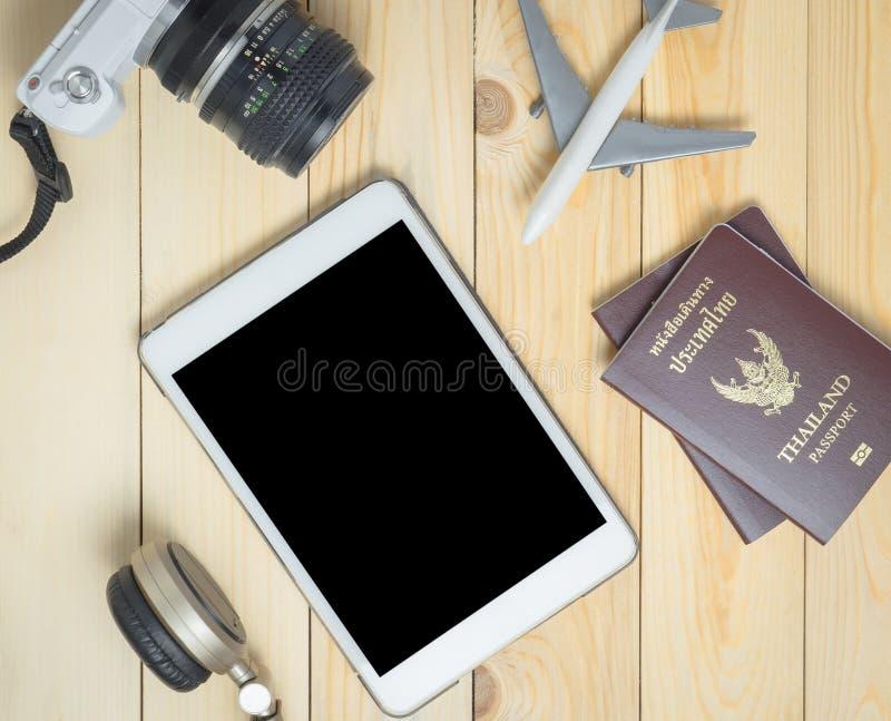 Equipo del blogger del viaje en la tableta de madera del espacio en blanco de la tabla imágenes de archivo libres de regalías