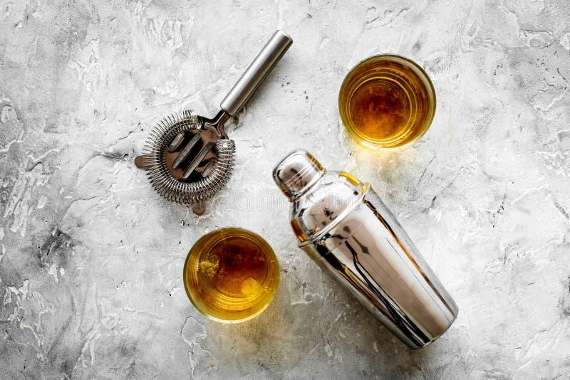 Equipo del camarero para hacer el cóctel con el whisky en la mofa de la opinión superior del fondo de la piedra del contador de l imagen de archivo