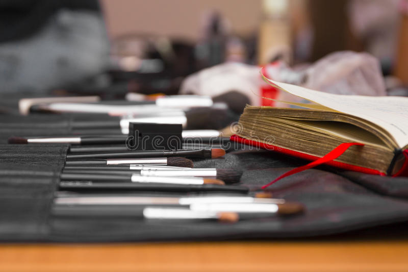 Equipo del cepillo del maquillaje imagen de archivo