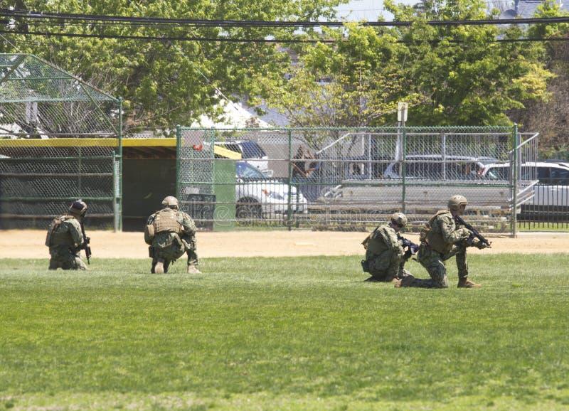 Equipo del EOD de la marina de guerra de los E.E.U.U. durante la demostración de las contramedidas de mina durante la semana 2014 foto de archivo