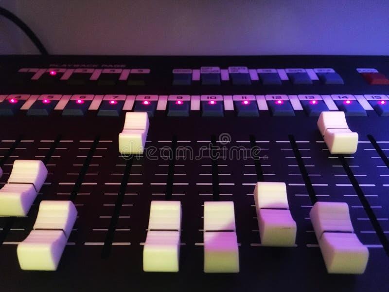 Equipo del equalizador que trabaja para el sistema sano y audio del sintonizador foto de archivo
