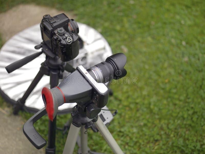 Equipo del fotógrafo en los trípodes imagenes de archivo