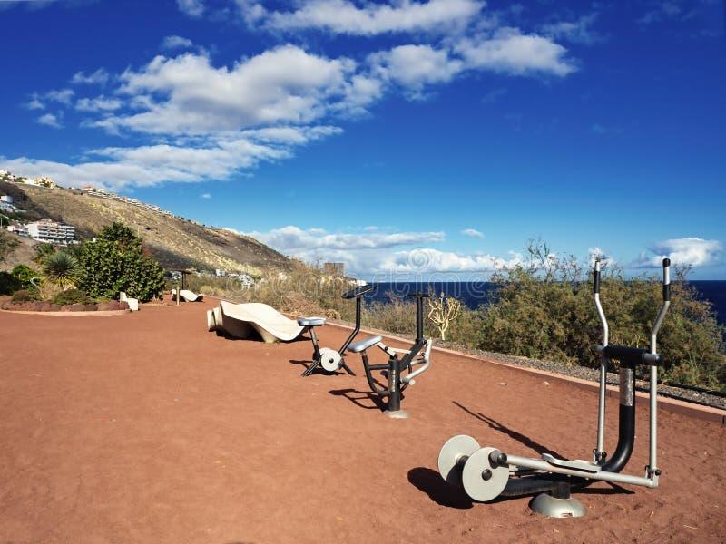 Equipo del gimnasio, parque al aire libre de la aptitud con las vistas del Océano Atlántico fotografía de archivo libre de regalías