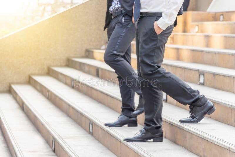 Equipo del hombre de negocios que camina abajo de las escaleras a la oficina fotografía de archivo