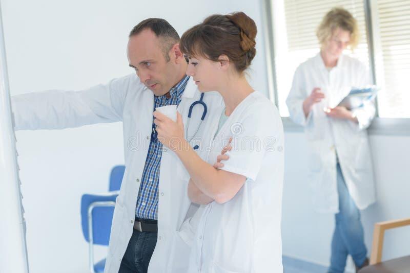 Equipo del médico que toma el descanso para tomar café fotografía de archivo