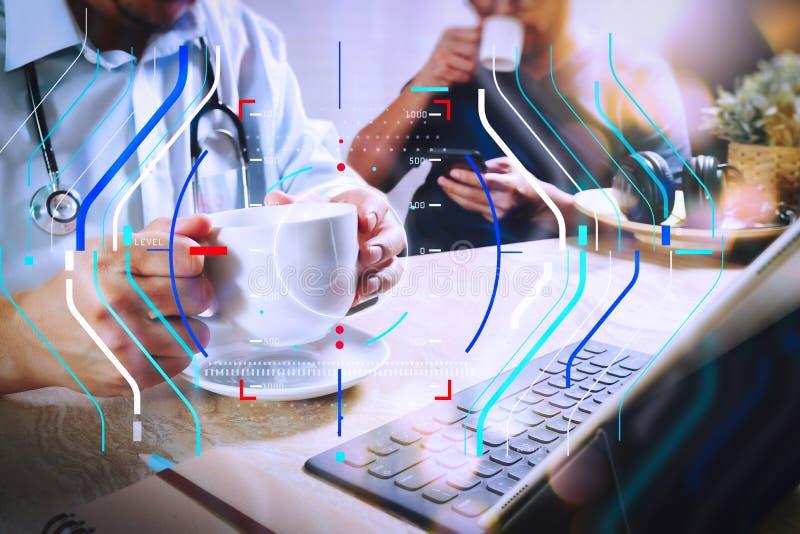 Equipo del médico que toma el descanso para tomar café usando la tableta digital doc. imagenes de archivo