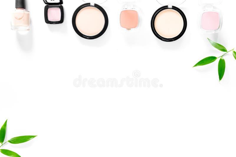 equipo del maquillaje Los sombreadores de ojos y se ruborizan en el copyspace blanco de la opinión superior del fondo de la tabla imágenes de archivo libres de regalías