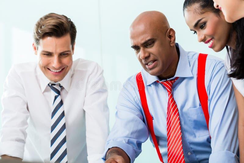 Equipo del negocio con el CEO en la reunión imagen de archivo