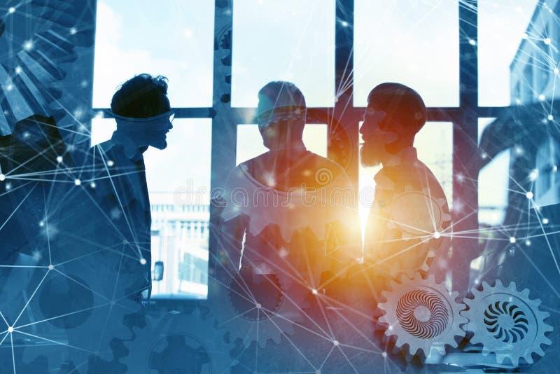 Equipo del negocio con el sistema de los engranajes Trabajo en equipo, sociedad y concepto de la integración con efecto de la red imagen de archivo libre de regalías