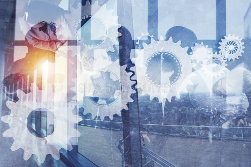Equipo del negocio con el sistema de los engranajes Trabajo en equipo, sociedad y concepto de la integración Exposición doble imagen de archivo libre de regalías