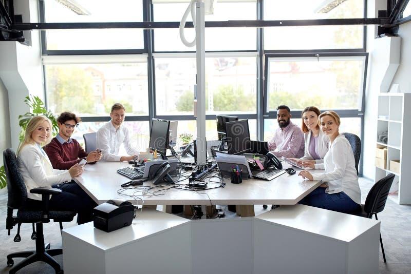 Equipo del negocio con los ordenadores que trabajan en la oficina fotografía de archivo libre de regalías