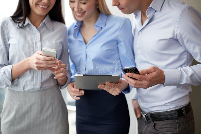 Equipo del negocio con PC y los smarphones de la tableta fotografía de archivo