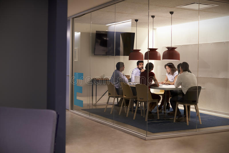 Equipo del negocio corporativo en la tabla en un cubículo de la sala de reunión fotografía de archivo