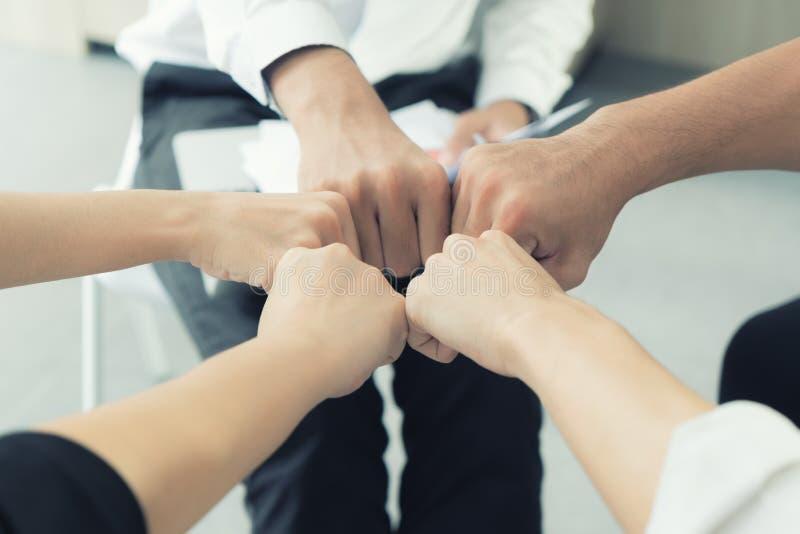Equipo del negocio de la sociedad de la mano que da el topetón del puño después de d completa imágenes de archivo libres de regalías