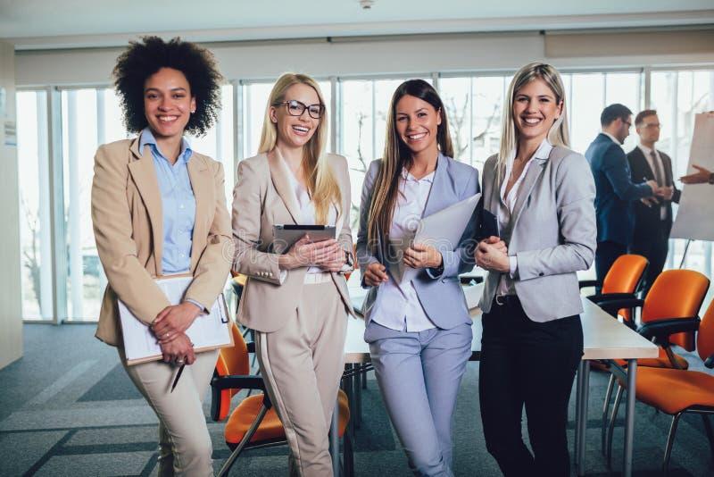 Equipo del negocio de mujeres con el ordenador de la PC de la tableta en la oficina imagenes de archivo