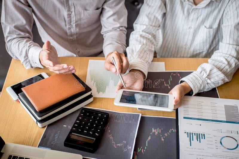 Equipo del negocio en el encuentro al proyecto del comercio de la inversi?n y a la estrategia de planificaci?n del trato en una b fotografía de archivo