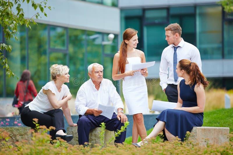 Equipo del negocio en una reunión al aire libre en verano imagenes de archivo