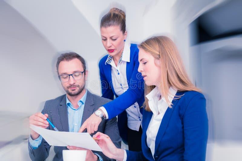 Equipo del negocio en una reunión de reflexión en la oficina fotografía de archivo libre de regalías