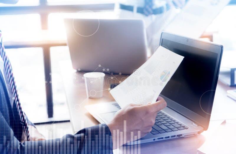 Equipo del negocio que analiza cartas y gráficos de la renta análisis de negocio y concepto abstractos de la estrategia imágenes de archivo libres de regalías