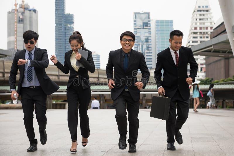 equipo del negocio que corre rápidamente en ciudad imagen de archivo libre de regalías