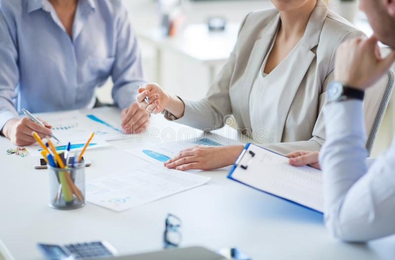 Equipo del negocio que discute cartas en la oficina imagen de archivo