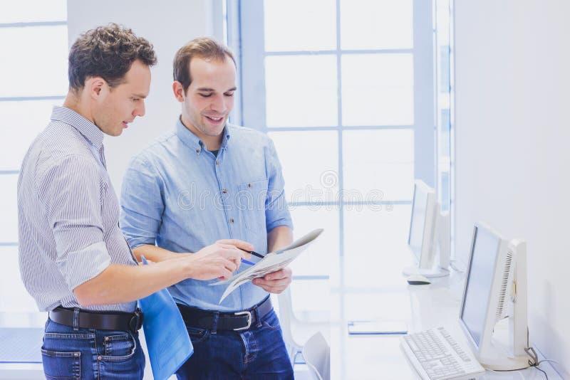 Equipo del negocio que discute estrategia de marketing en el concepto de la oficina, del trabajo en equipo o de la colaboración fotos de archivo