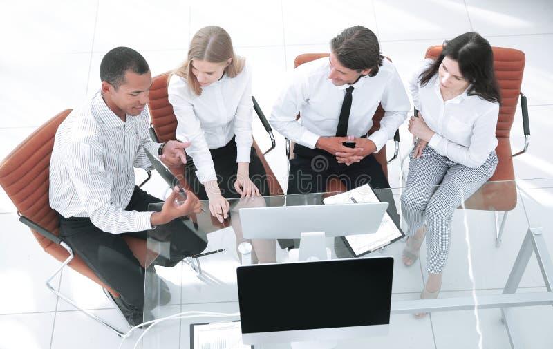 equipo del negocio que discute un documento de negocio El concepto del negocio foto de archivo