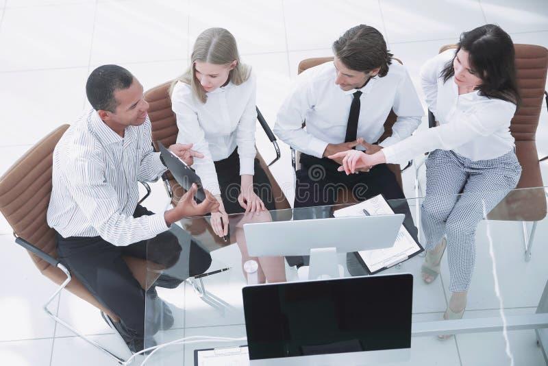 equipo del negocio que discute un documento de negocio El concepto del negocio imagen de archivo libre de regalías