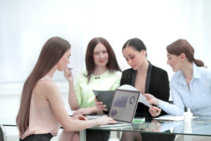 Equipo del negocio que discute un informe financiero en la oficina fotos de archivo