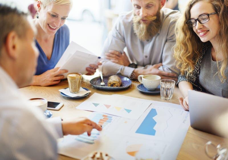 Equipo del negocio que se encuentra sobre el márketing de la estrategia en café imagen de archivo libre de regalías