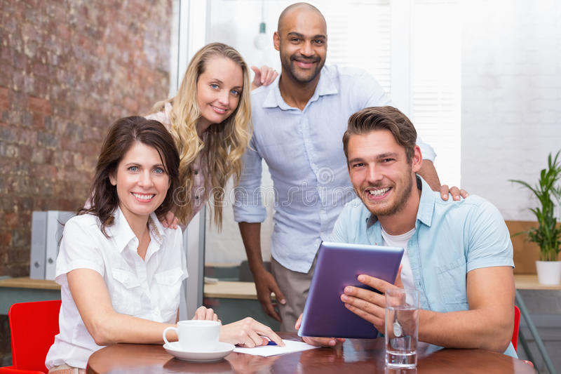Equipo del negocio que tiene una reunión con PC de la tableta fotografía de archivo