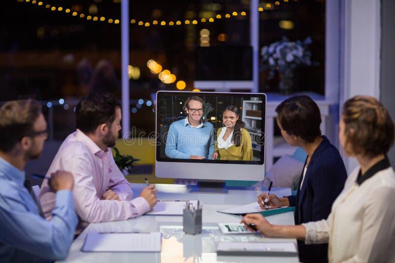 Equipo del negocio que tiene videoconferencia imágenes de archivo libres de regalías
