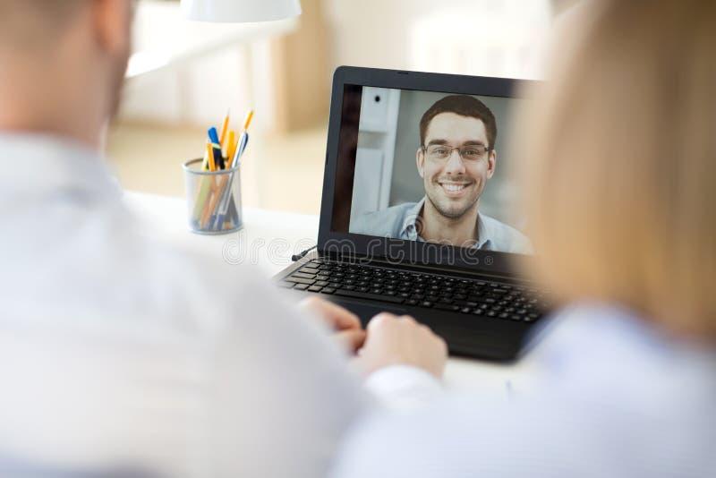 Equipo del negocio que tiene videoconferencia en la oficina fotografía de archivo libre de regalías