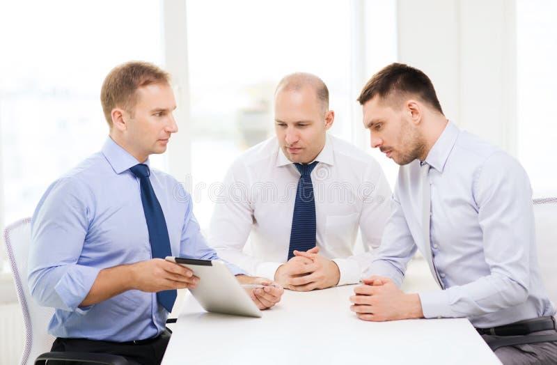 Equipo del negocio que trabaja con PC de la tableta en oficina imagen de archivo libre de regalías