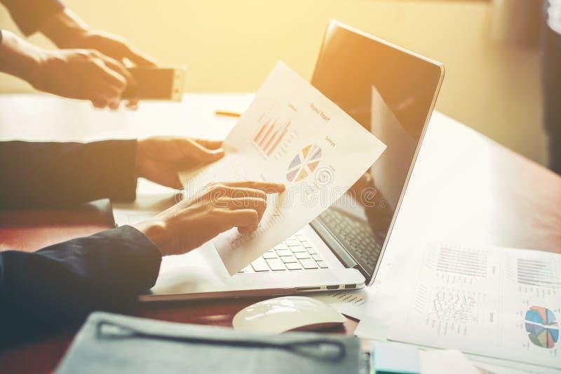Equipo del negocio que trabaja en el ordenador portátil, mientras que se sienta en la oficina Busine foto de archivo libre de regalías