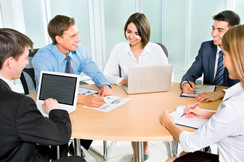 Download Equipo Del Negocio Que Trabaja En Su Proyecto Del Negocio Imagen de archivo - Imagen de discussing, consejo: 42430119