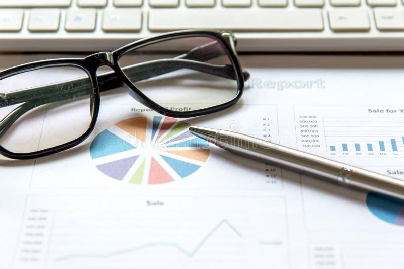 Equipo del negocio usando la tableta a trabajar con datos financieros Socios que discuten el gráfico del crecimiento del informe imagenes de archivo