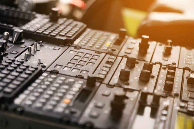 Equipo del panel de control y del control del avión en carlinga La carlinga plana con muchos funciona para controlar el avión sup imagen de archivo