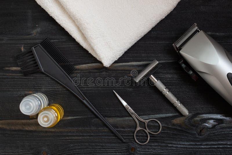Equipo del peluquero para el hogar y la peluquería de caballeros Vista superior de un equipo que afeita, jabón y tijeras que mien foto de archivo