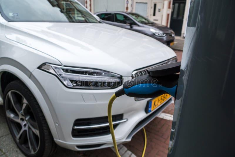 Equipo del servicio del vehículo eléctrico en las calles de Países Bajos foto de archivo