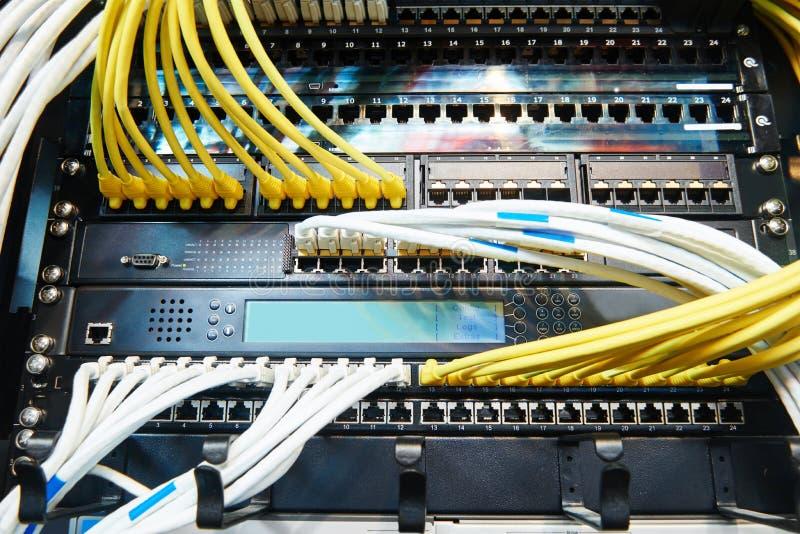 Equipo del servidor de red con los cables des fibra óptica imagen de archivo libre de regalías