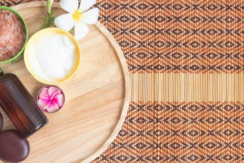 Equipo del tratamiento del balneario, diverso exfoliante corporal y aceite de coco Cuidado del cuerpo de la salud y concepto del  fotografía de archivo libre de regalías