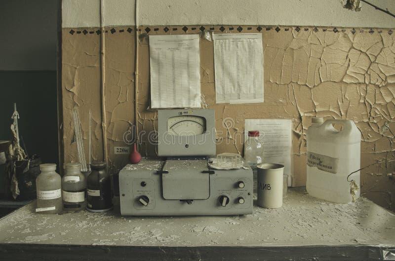 Equipo del vintage del laboratorio químico en la tabla de madera imagen de archivo libre de regalías