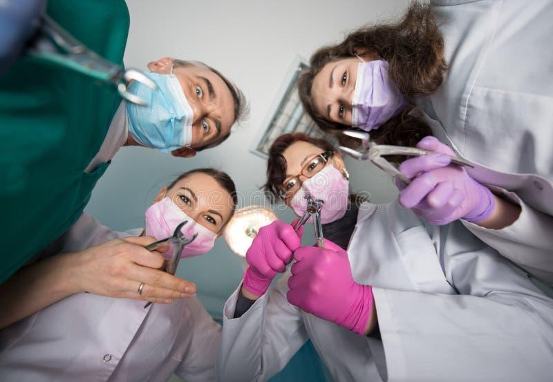 Equipo dental profesional con los removedores en la oficina dental Visión inferior imagen de archivo libre de regalías