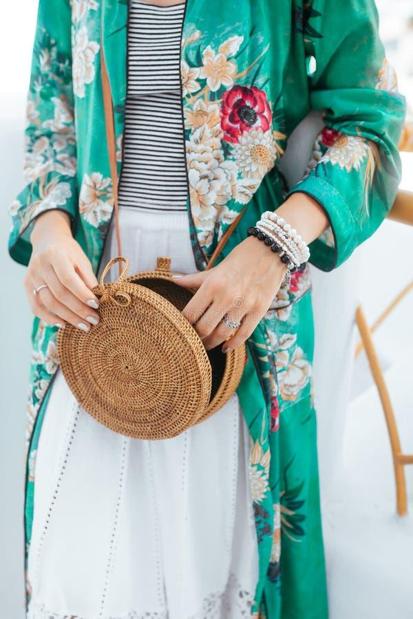 Equipo elegante del ` s de la mujer Top elegante verde Bolso de la paja Alineada blanca foto de archivo libre de regalías