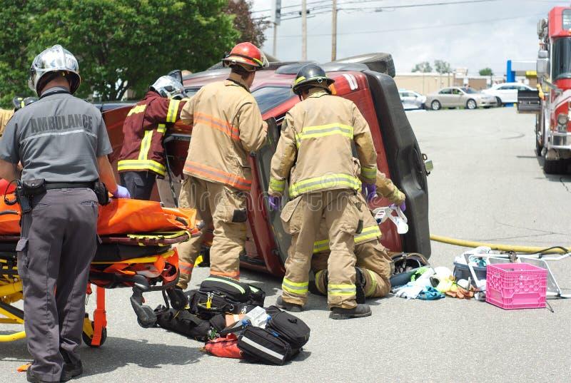Equipo en el camino, rescate de la emergencia del desplome del daño del vehículo del accidente de tráfico foto de archivo