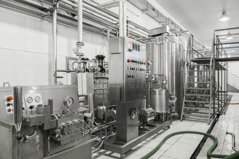 Equipo en la fábrica de la leche fotos de archivo libres de regalías