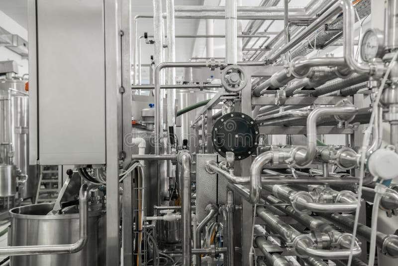 Equipo en la fábrica de la leche fotografía de archivo